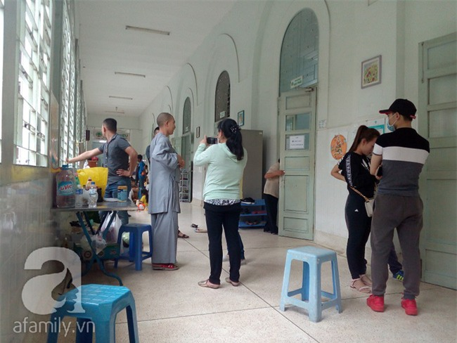 Lùm xùm vụ trục lợi tiền ủng hộ bé bị não úng thủy chữa trị tại Singapore, tình nguyện viên và sư thầy lên tiếng - Ảnh 2.