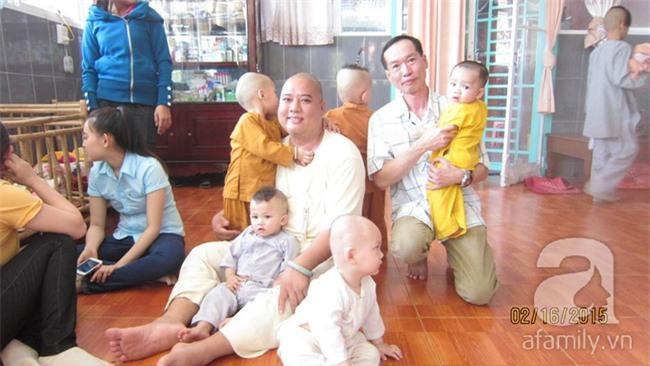 Lùm xùm vụ trục lợi tiền ủng hộ bé bị não úng thủy chữa trị tại Singapore, tình nguyện viên và sư thầy lên tiếng - Ảnh 15.