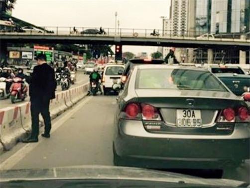 Ông bố mở cửa ô tô cho con đi vệ sinh khi dừng đèn đỏ ngay trên phố Hà Nội - Ảnh 4.