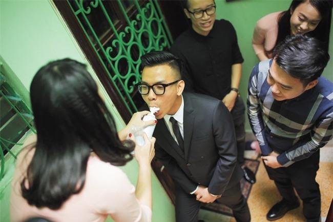 Chủ rể đứng trước cửa đọc lời hứa mới đón được hot girl Hà Thành về làm vợ - Ảnh 4.