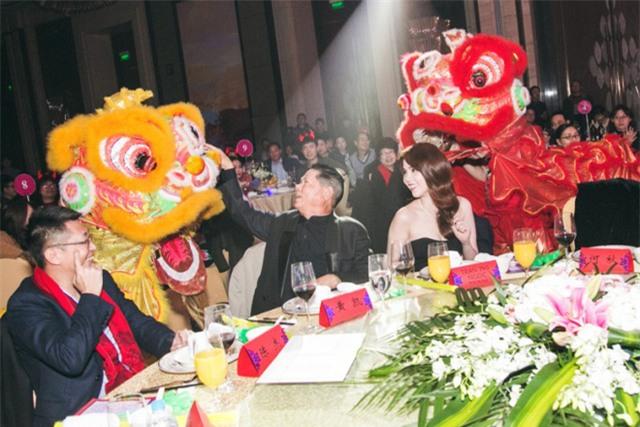 Cả buổi tất niên sang trọng ở Thượng Hải, Ngọc Trinh được giới thiệu ra mắt toàn bộ cán bộ công nhân viên trong công ty của người tình....