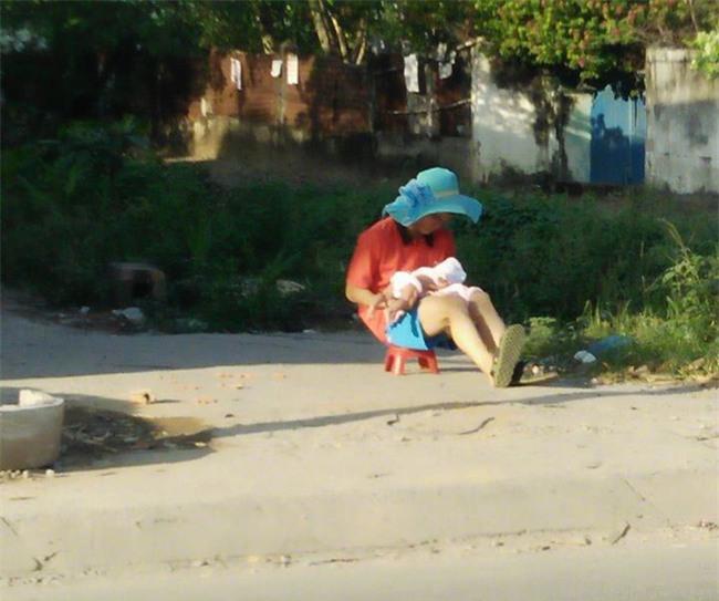 Ông bố đội chiếc mũ xanh rộng vành của vợ đưa con đi phơi nắng khiến trái tim chị em tan chảy - Ảnh 1.