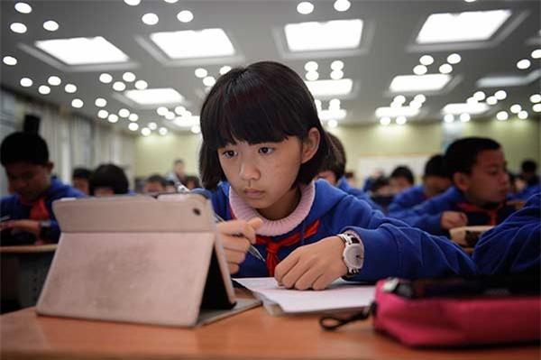 Một học sinh đang học một khóa trực tuyến ở trường cấp hai ở tỉnh Hồ Nam, Trung Quốc. (Ảnh: CFP)