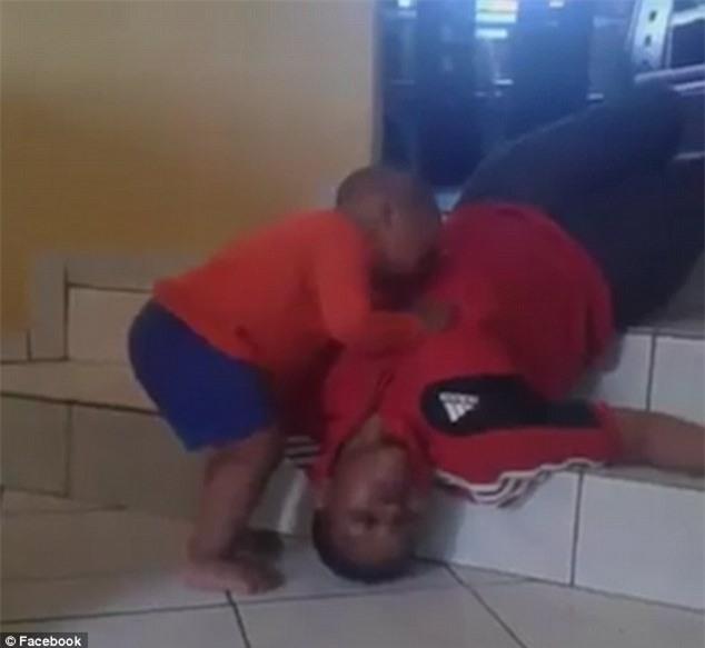 Phẫn nộ cảnh em bé khóc lóc, lay xác người dì trong khi mẹ đứng quay phim tung lên Facebook - Ảnh 2.