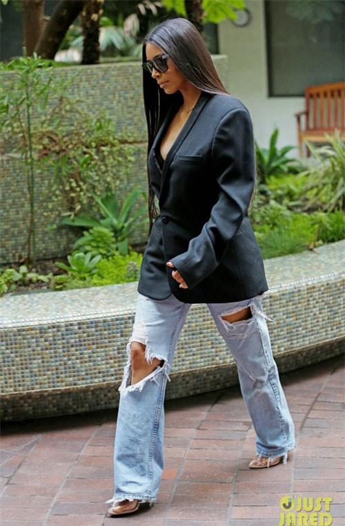 jeans roi vao tay kim kardashian tro thanh nhung mot kho coi nhat qua dat - 9