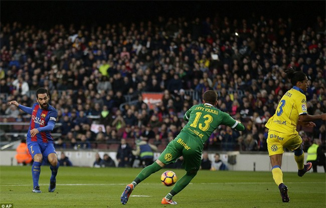 Messi lập kỷ lục ghi bàn giữa tâm điểm chỉ trích - Ảnh 7.