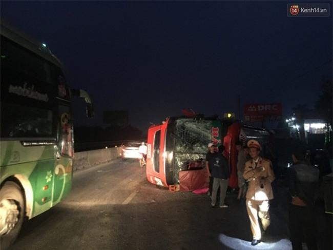 Trên đường về quê ăn Tết, xe giường nằm bị lật khiến 14 người nhập viện - Ảnh 1.