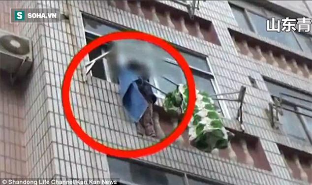 Bé gái bị treo lơ lửng ở độ cao 20 m vì lỗi lầm nhiều phụ huynh vô tư mắc phải - Ảnh 2.