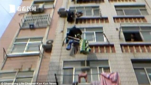 Bé gái bị treo lơ lửng ở độ cao 20 m vì lỗi lầm nhiều phụ huynh vô tư mắc phải - Ảnh 3.