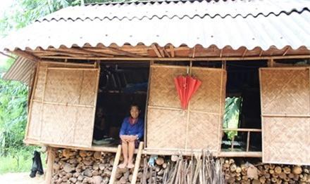 Bà Kăn Minh trong ngôi nhà sàn của mình ở bản A Vương, xã Tà Rụt