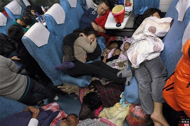 Những hình ảnh chen chúc kinh hoàng trong đợt di cư về quê ăn Tết ở Trung Quốc - Ảnh 7.