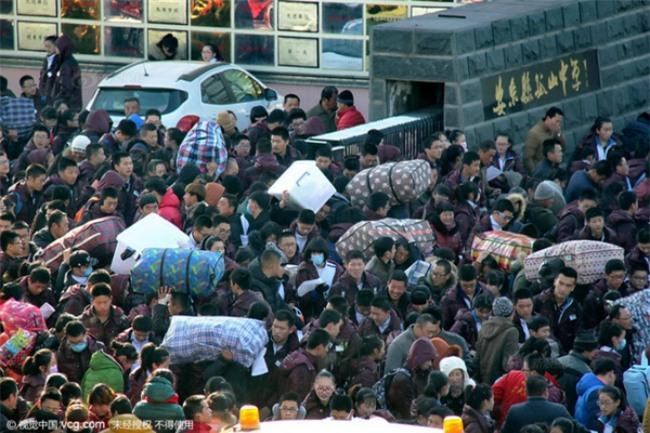 Những hình ảnh chen chúc kinh hoàng trong đợt di cư về quê ăn Tết ở Trung Quốc - Ảnh 21.