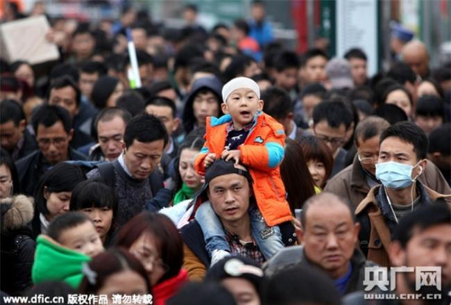 Những hình ảnh chen chúc kinh hoàng trong đợt di cư về quê ăn Tết ở Trung Quốc - Ảnh 23.