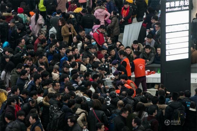 Những hình ảnh chen chúc kinh hoàng trong đợt di cư về quê ăn Tết ở Trung Quốc - Ảnh 33.