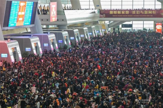 Những hình ảnh chen chúc kinh hoàng trong đợt di cư về quê ăn Tết ở Trung Quốc - Ảnh 35.