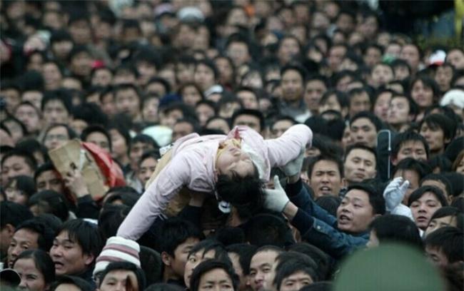 Những hình ảnh chen chúc kinh hoàng trong đợt di cư về quê ăn Tết ở Trung Quốc - Ảnh 37.