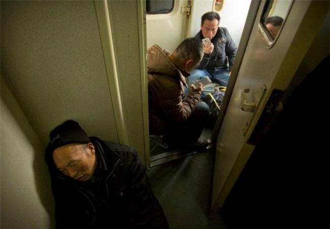 Những hình ảnh chen chúc kinh hoàng trong đợt di cư về quê ăn Tết ở Trung Quốc - Ảnh 15.