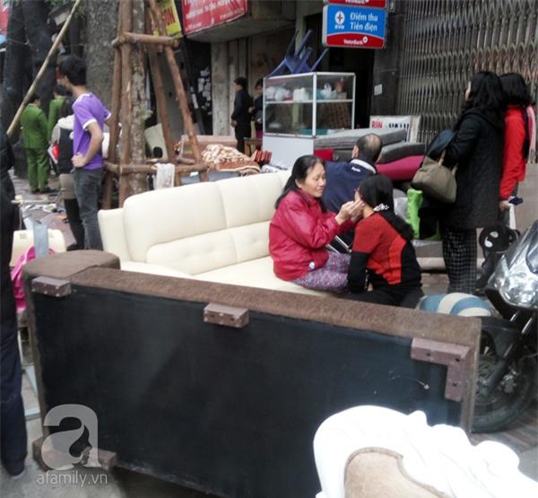 Hà Nội: Cháy lớn thiêu rụi cửa hàng nội thất trên đường Đê La Thành - Ảnh 1.