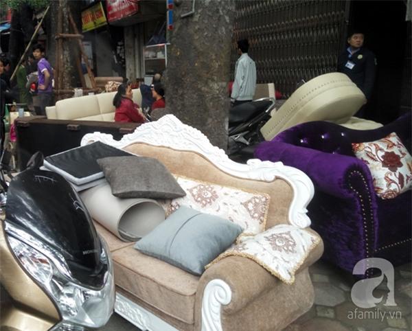 Hà Nội: Cháy lớn thiêu rụi cửa hàng nội thất trên đường Đê La Thành - Ảnh 2.