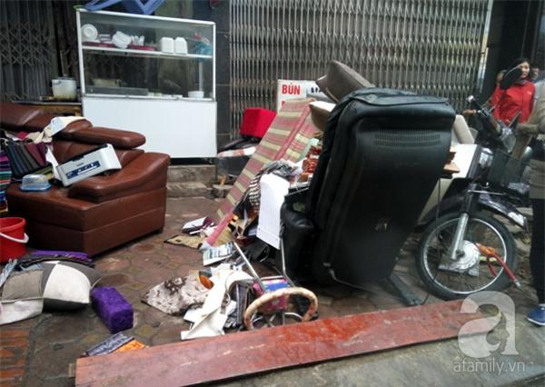 Hà Nội: Cháy lớn thiêu rụi cửa hàng nội thất trên đường Đê La Thành - Ảnh 3.