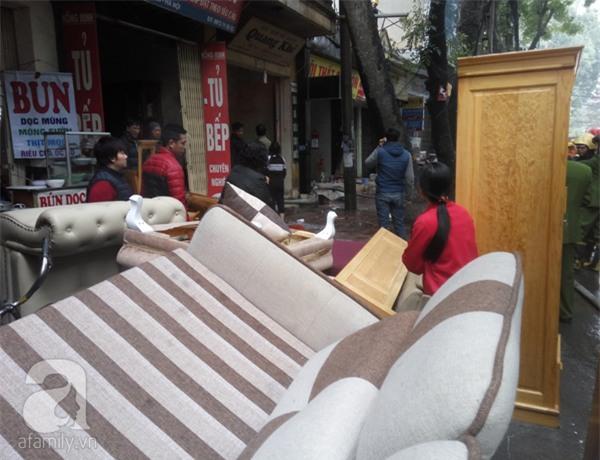 Hà Nội: Cháy lớn thiêu rụi cửa hàng nội thất trên đường Đê La Thành - Ảnh 4.