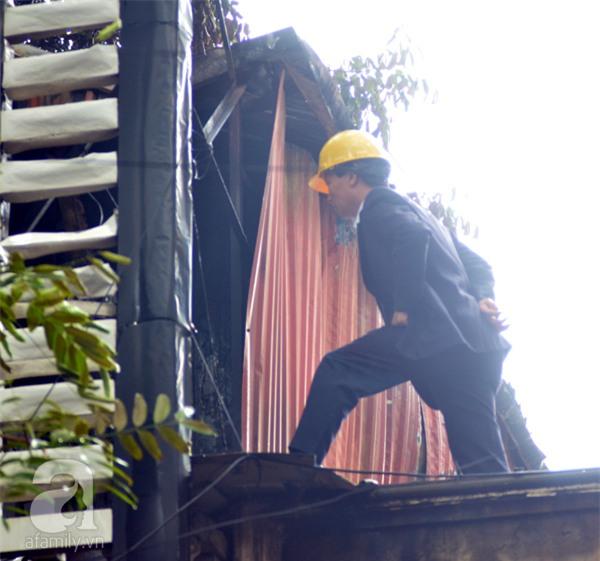 Hà Nội: Cháy lớn thiêu rụi cửa hàng nội thất trên đường Đê La Thành - Ảnh 6.
