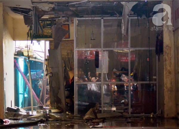 Hà Nội: Cháy lớn thiêu rụi cửa hàng nội thất trên đường Đê La Thành - Ảnh 7.