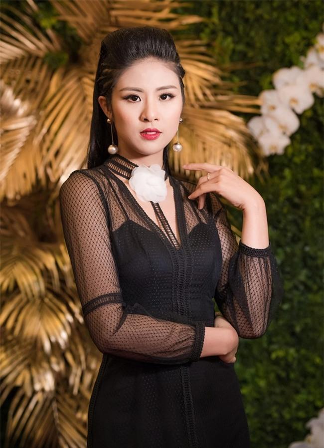 Hoa hau My Linh dien vay khoe lung tran giua troi lanh hinh anh 4