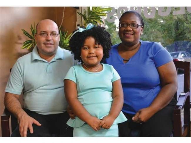 """Bà Haleema Arana, mẹ của Daliyah, chia sẻ rằng bà và chồng - Miguel Arana - đã bắt đầu đọc truyện cho con gái nghe từ khi bé mới lọt lòng. """"Chúng tôi đọc truyện cho con khoảng 15- 20 phút/ngày. Điều đáng ngạc nhiên là Daliyah đã nhận diện được phần lớn các từ ngữ lúc 18 - 19 tháng tuổi"""", bà Haleema cho biết."""