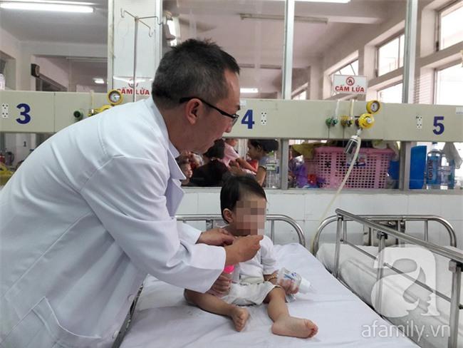 Bị muỗng đâm vào họng lúc ở nhà trẻ, bé gái 1 tuổi thủng thực quản nguy kịch - Ảnh 3.