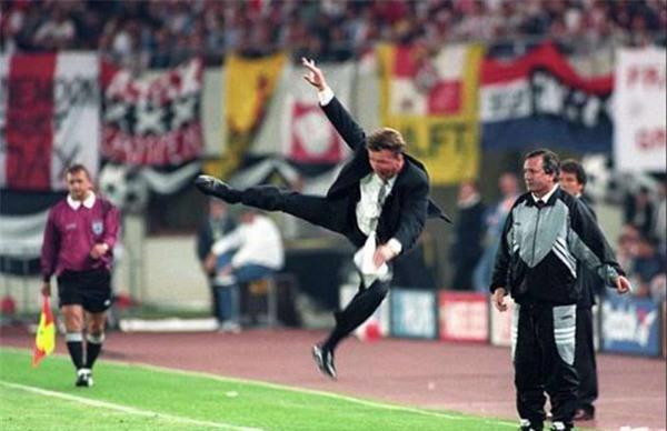 Ở trận chung kết Champions League vào năm 1995, Van Gaal thậm chí còn thực hiện cú đá karate vào không trung vì quá bức xúc.