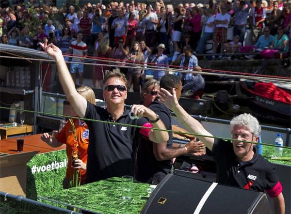 Năm 2013, Van Gaal nhảy nhót trên thuyền tại quê nhà Hà Lan