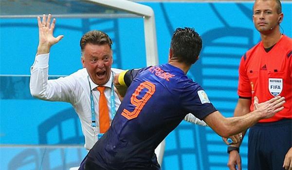 Van Gaal ăn mừng bàn thắng với Van Persie sau khi anh dứt điểm tung lưới Tây Ban Nha tại VCK World Cup 2014
