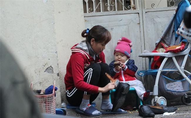 Mẹ cùng con nhỏ đánh giày trên phố Hà Nội khiến bao người xúc động