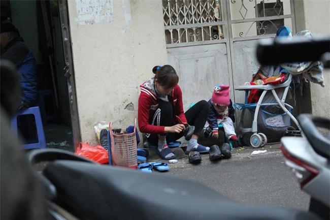 Mẹ cùng con nhỏ đánh giày trên phố Hà Nội khiến bao người xúc động - Ảnh 1.