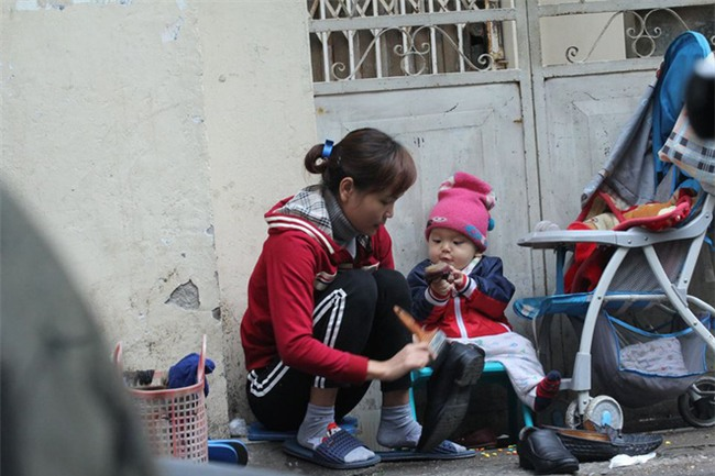 Mẹ cùng con nhỏ đánh giày trên phố Hà Nội khiến bao người xúc động - Ảnh 2.
