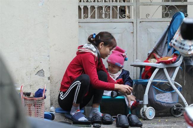 Mẹ cùng con nhỏ đánh giày trên phố Hà Nội khiến bao người xúc động - Ảnh 4.