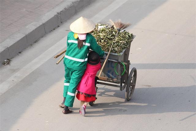 Mẹ cùng con nhỏ đánh giày trên phố Hà Nội khiến bao người xúc động - Ảnh 5.