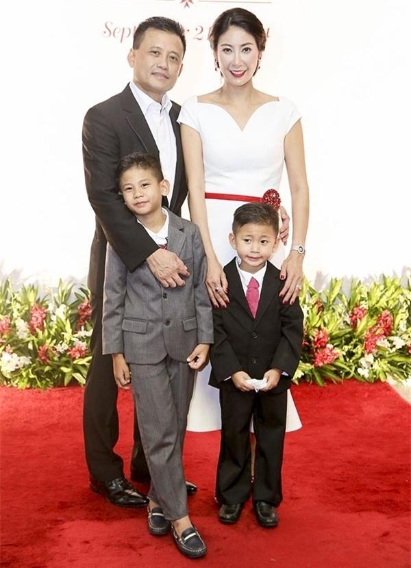 Hiện cựu Hoa hậu đang hạnh phúc với gia đình mới