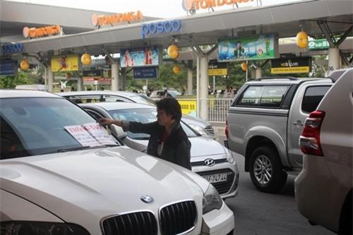 Khóa bánh xe sang BMW 'chây ì' trong sân bay Tân Sơn Nhất