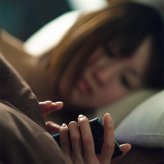Thêm 1 phút xem điện thoại trước khi đi ngủ, tác hại không ngờ - Ảnh 1.