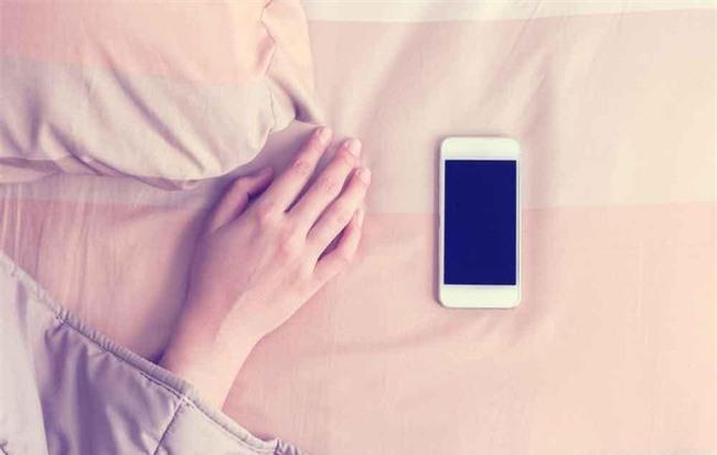Thêm 1 phút xem điện thoại trước khi đi ngủ, tác hại không ngờ - Ảnh 2.