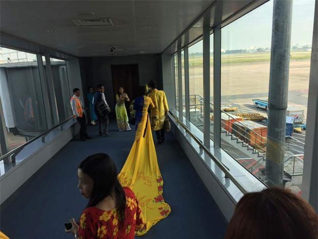 Vợ MC Thanh Bạch diện áo dài như đuôi công lên máy bay khiến nhiều hành khách choáng - Ảnh 3.