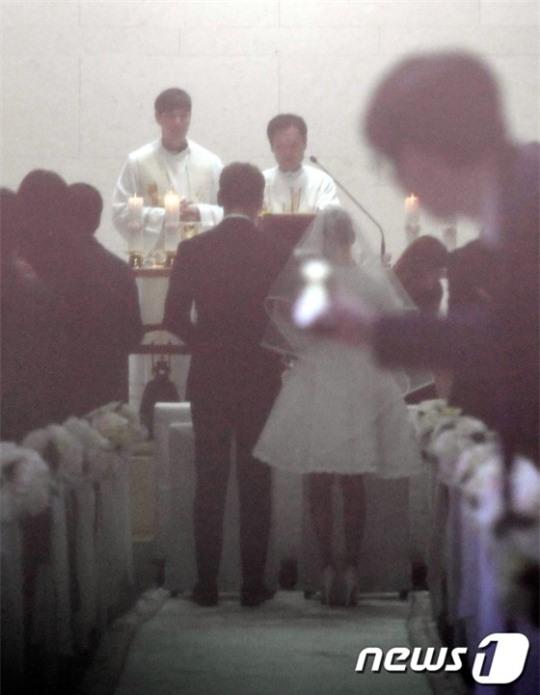 HOT: Ơn giời, nữ hoàng sắc đẹp Kim Tae Hee đã xuất hiện với váy ngắn trong đám cưới cực bí mật - Ảnh 1.