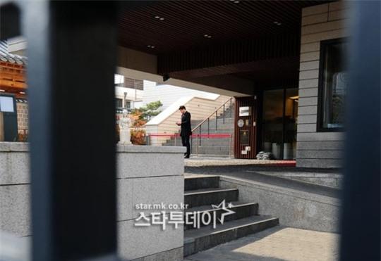 HOT: Ơn giời, nữ hoàng sắc đẹp Kim Tae Hee đã xuất hiện với váy ngắn trong đám cưới cực bí mật - Ảnh 12.