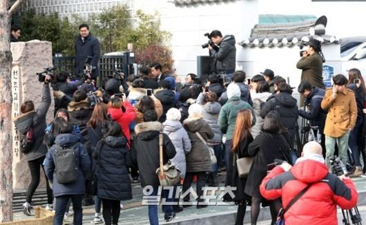 HOT: Ơn giời, nữ hoàng sắc đẹp Kim Tae Hee đã xuất hiện với váy ngắn trong đám cưới cực bí mật - Ảnh 15.