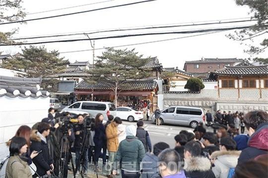 HOT: Ơn giời, nữ hoàng sắc đẹp Kim Tae Hee đã xuất hiện với váy ngắn trong đám cưới cực bí mật - Ảnh 16.