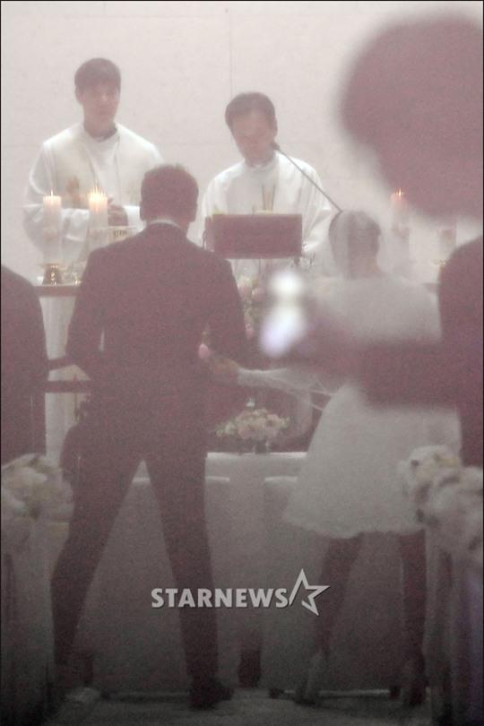 HOT: Ơn giời, nữ hoàng sắc đẹp Kim Tae Hee đã xuất hiện với váy ngắn trong đám cưới cực bí mật - Ảnh 4.