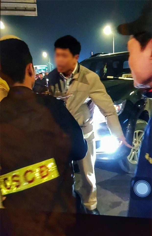 Hà Nội: Cấm ô tô rẽ xuống dốc cầu Chương Dương, CSCĐ bị tài xế xe biển xanh tát vào mặt - Ảnh 2.