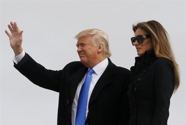 Tổng thống đắc cử Mỹ Donald Trump và phu nhân Melania đặt chân tới Washington hôm 19/1 để chuẩn bị cho lễ nhậm chức. (Ảnh: Reuters)